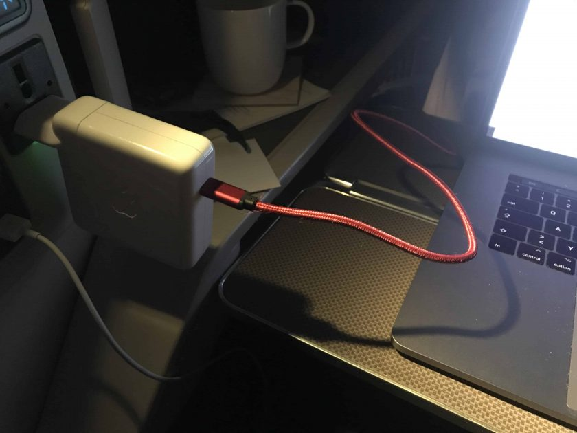 Cathay Pacific Review FRA HKG C Sitz Designproblem mit Mac Stromstecker
