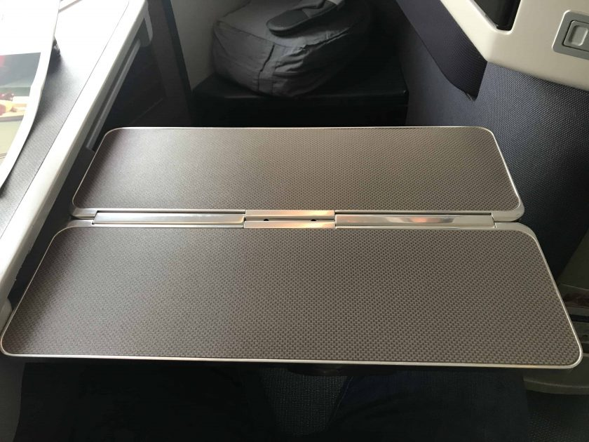 Cathay Pacific Review FRA HKG C Sitz Tray Table ausgefahren